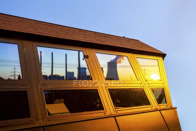 Німеччина, Гессен, Гросскотценбург, Гросскотценбург Електростанція відбиває блискучі вікна на заході сонця. — стокове фото