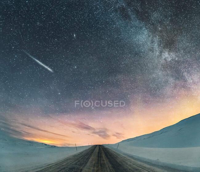 Cielo stellato con luci del nord e stella cadente, Lebesby, Norvegia — Foto stock