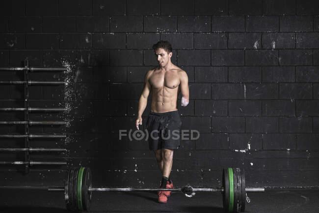 Спортсмен с ампутированной рукой, занимающийся тяжелой тренировкой — стоковое фото