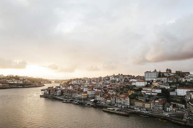 Portogallo, Porto, Cielo sulla città lungo il fiume al tramonto — Foto stock