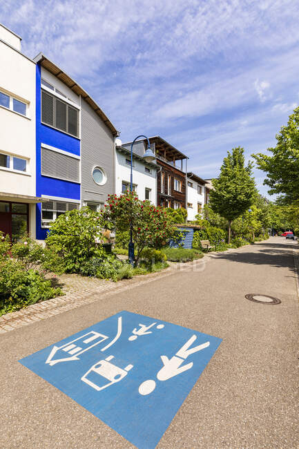 Germania, Baden-Wurttemberg, Freiburg im Breisgau, Bambini al gioco segnaletica stradale nel sobborgo moderno — Foto stock
