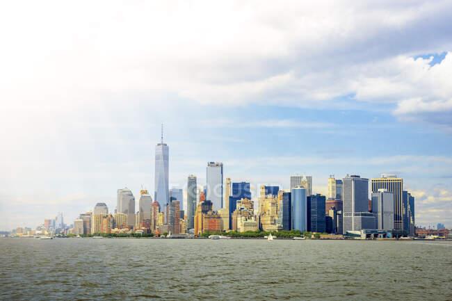 США, Нью-Йорк, Нью-Йорк, Сонячне світло освітлює Манхеттенське небо — стокове фото