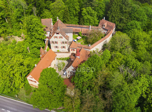 Alemania, Baviera, Altdorf bei Nurnberg, Drone vista del castillo de Grunsberg en primavera - foto de stock