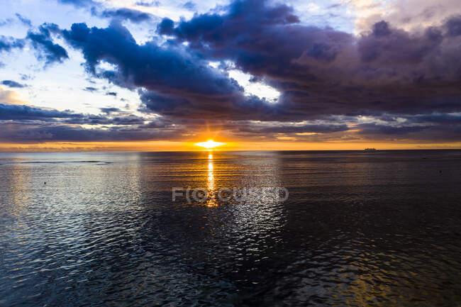 Belo pôr do sol sobre o mar — Fotografia de Stock