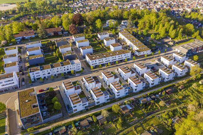 Германия, Баден-Вюртемберг, Эслинген, Вид с воздуха на современный пригород — стоковое фото