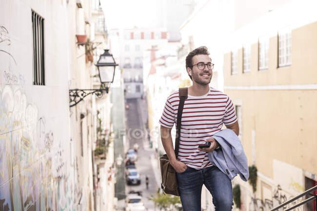Giovane che cammina in città, Lisbona, Portogallo — Foto stock