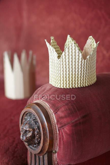 Картонна корона на стільці для відпочинку. — стокове фото