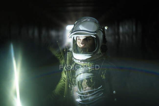 Joven astronauta perdido en la oscuridad - foto de stock
