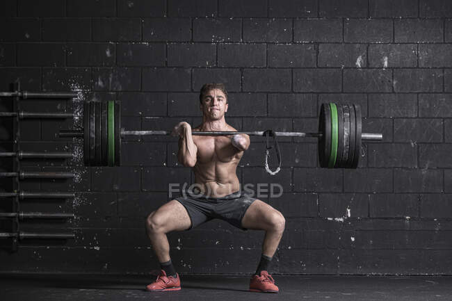 Спортсмен з ампутованою рукою тренує вагу — стокове фото