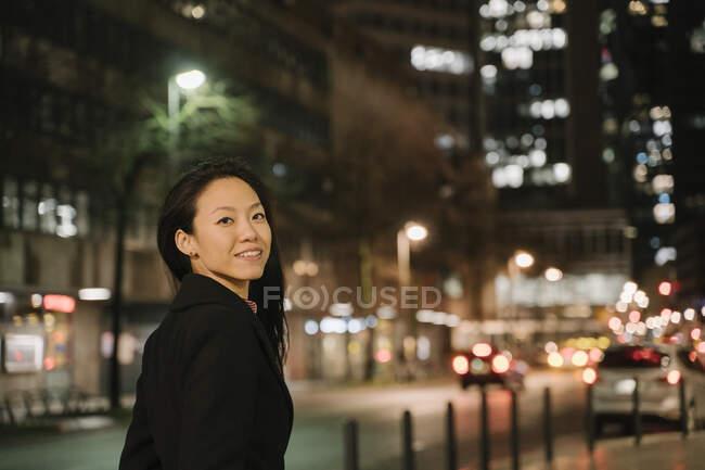 Портрет впевненої молодої жінки вночі у місті Франкфурт (Німеччина). — стокове фото