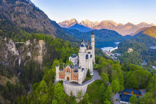 Alemania, Baviera, Hohenschwangau, Drone vista del castillo de Neuschwanstein en primavera - foto de stock