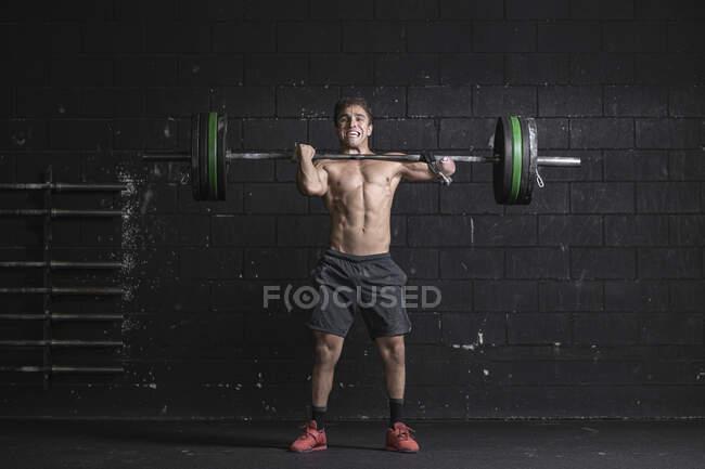 Спортсмен з ампутованою рукою тренує вагу — Stock Photo