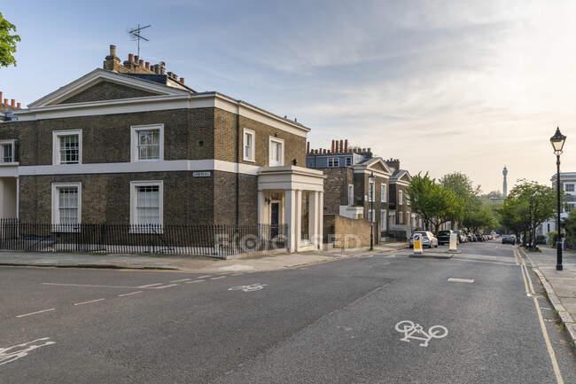 Reino Unido, Inglaterra, Londres, calle de la ciudad vacía durante la pandemia de COVID-19 - foto de stock