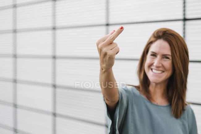 Femmina ribelle dando il dito — Foto stock