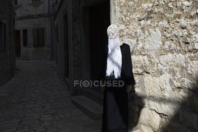 Woman dressed in black wearing crocheted white headdress with fringes, Rovinj, Croatia — Stock Photo