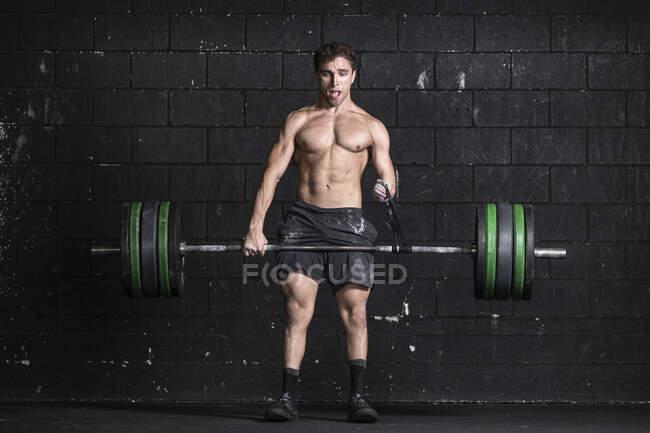 Atleta con un brazo amputado haciendo entrenamiento con pesas - foto de stock