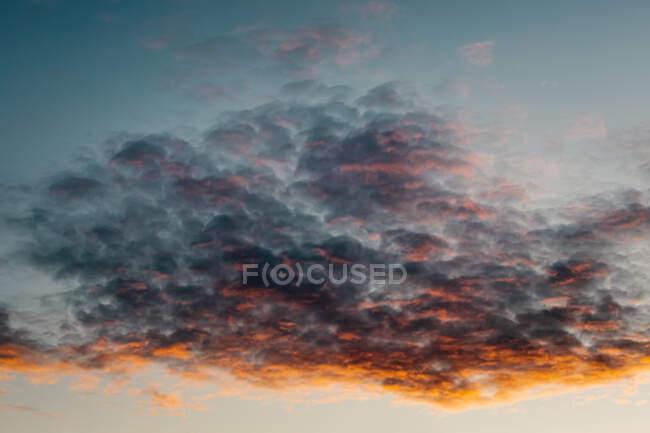 Hermoso atardecer en las nubes - foto de stock