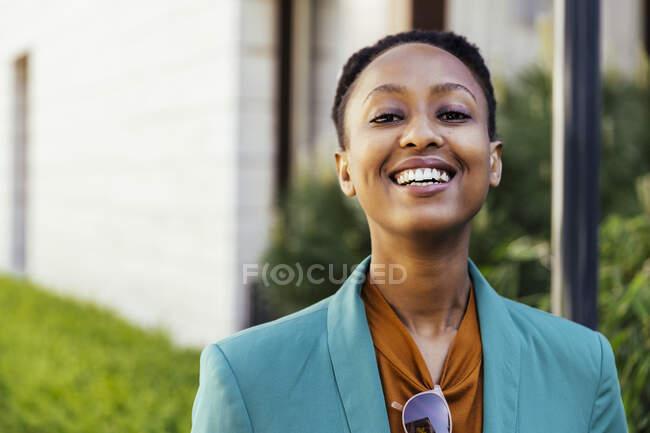 Retrato de la joven empresaria feliz - foto de stock