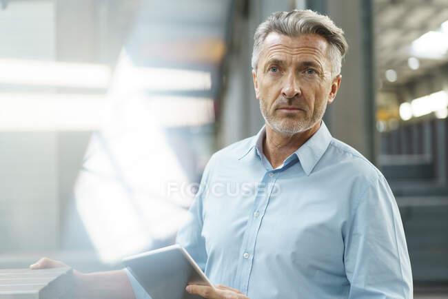 Портрет зрілого бізнесмена з планшетом на фабриці. — стокове фото