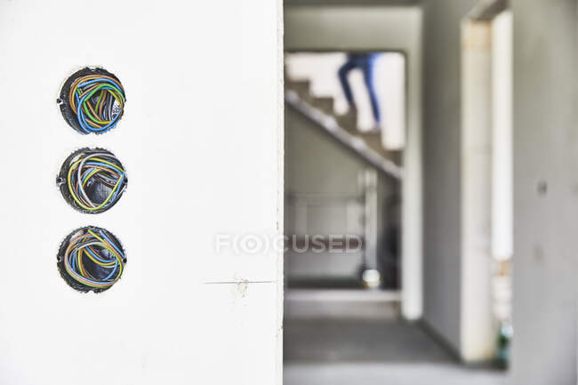 Prises électriques inachevées sur un mur — Photo de stock