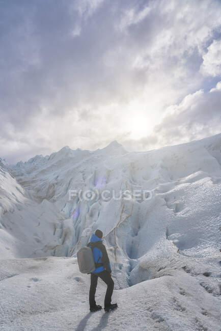 Hiker on the Perito Moreno Glacier, El Calafate, Los Glaciares National Park, Patagonia, Argentina — Stock Photo