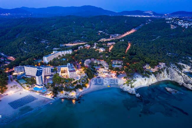 Spagna, Isole Baleari, Maiorca, Calvia, Vista da Peguera con alberghi e spiagge, Costa de la Calma al tramonto — Foto stock