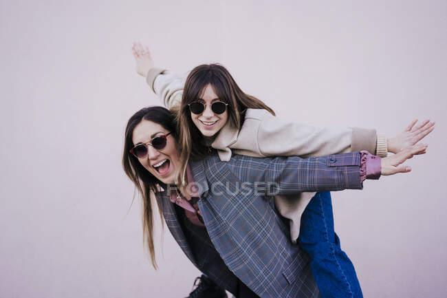 Ritratto di due donne felici che si divertono insieme — Foto stock