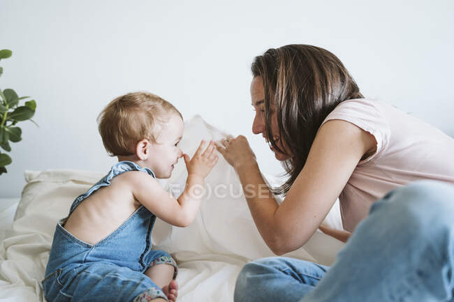 Madre che gioca con la bambina a casa — Foto stock