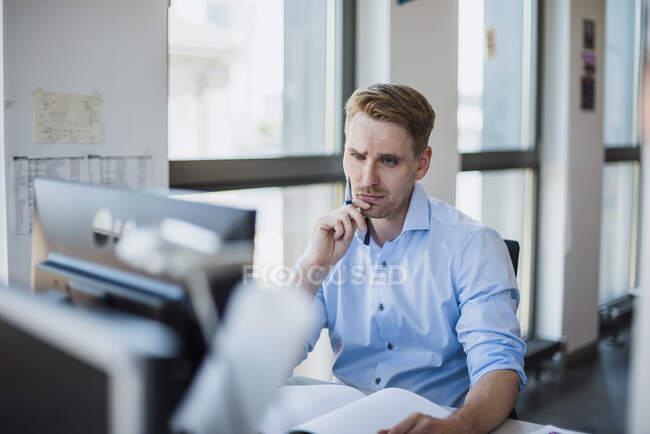 Бізнесмен, який працює при офісі. — стокове фото