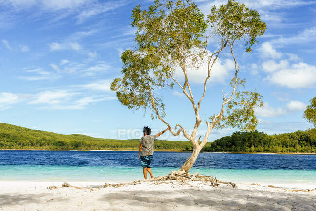Man looking at Lake Mckenzie against sky, Fraser Island, Queensland, Australia — Stock Photo