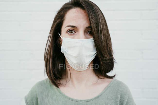 Retrato de mulher usando máscara protetora — Fotografia de Stock