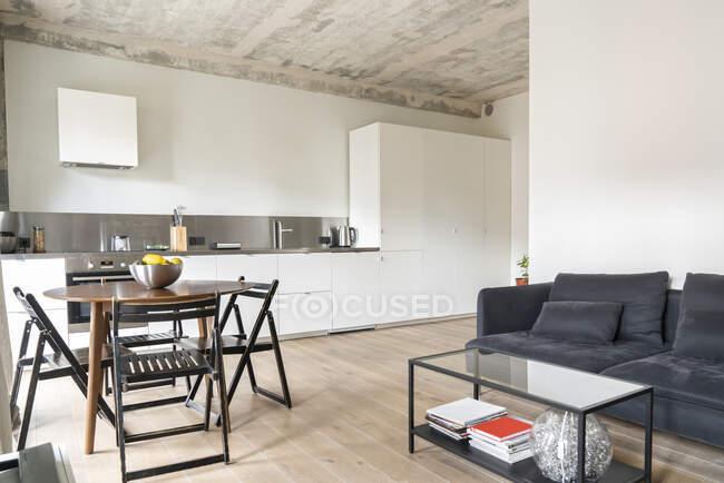 Современная квартира с белой встроенной кухней — стоковое фото