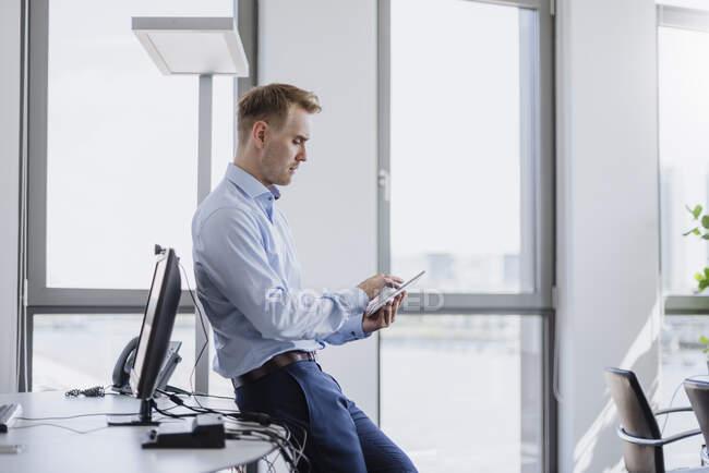 Бізнесмен за допомогою планшета в офісі. — стокове фото