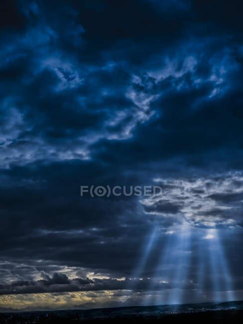 Luce del sole penetrante attraverso nubi buie tempesta — Foto stock
