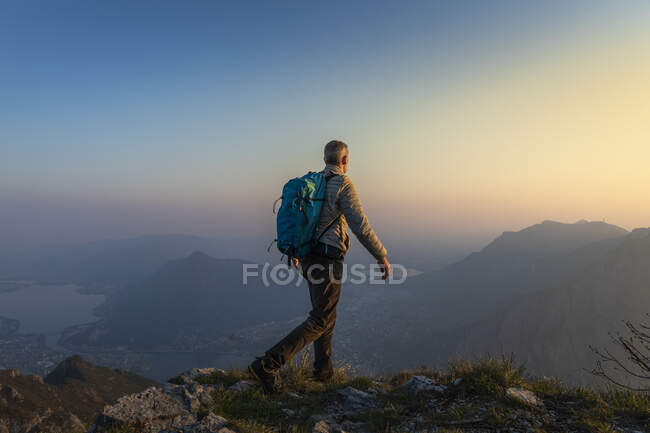 Rear view of hiker on mountaintop, Orobie Alps, Lecco, Italy — Stock Photo