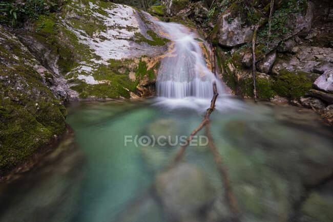 Italia, Corriente que fluye en el cañón de Forra di Rio Freddo que corta a través de la ladera oriental de Monte Cucco - foto de stock