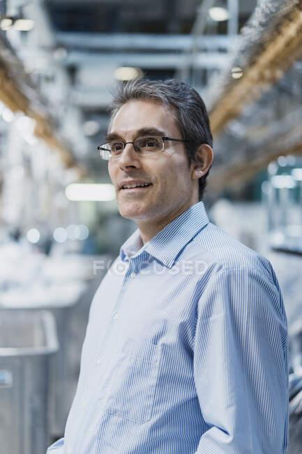 Портрет надійного зрілого бізнесмена на фабриці. — стокове фото