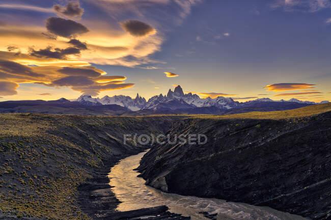 Monte Fitz Roy, Cerro Torre y el río El Chalten al atardecer, Patagonia, Argentina - foto de stock