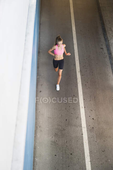 Бегунья на улице в городе — стоковое фото