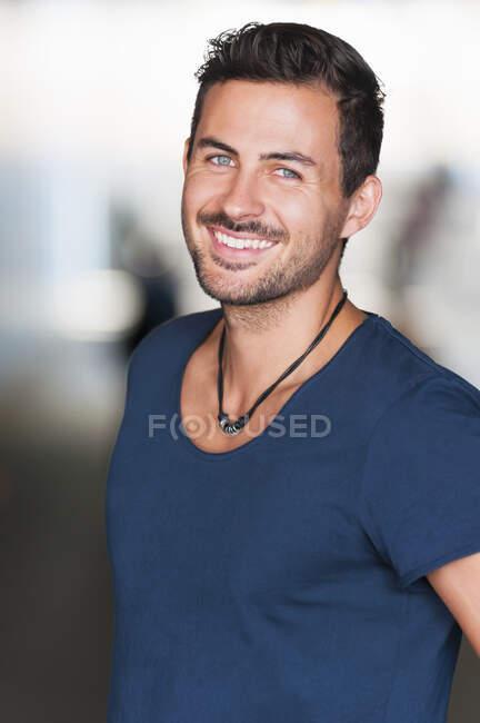 Retrato del joven sonriente - foto de stock