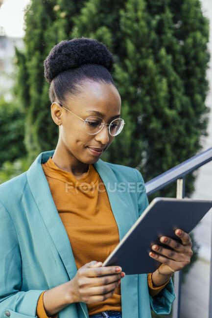 Портрет молодої комерсантки, яка користується цифровим планшетом на вулиці. — стокове фото