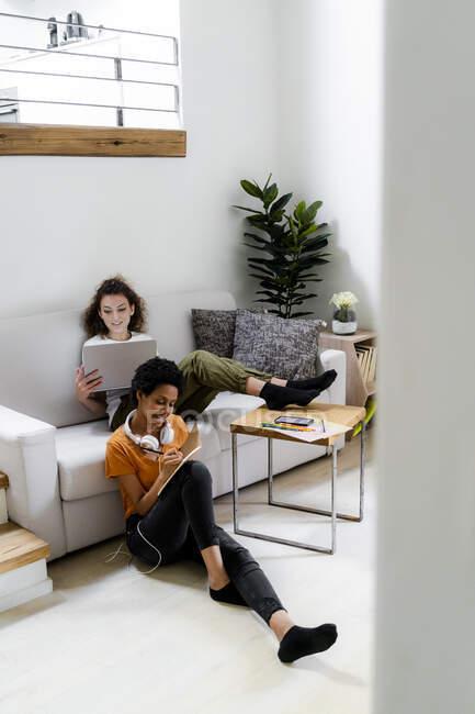 Два студента, работающих на дому — стоковое фото
