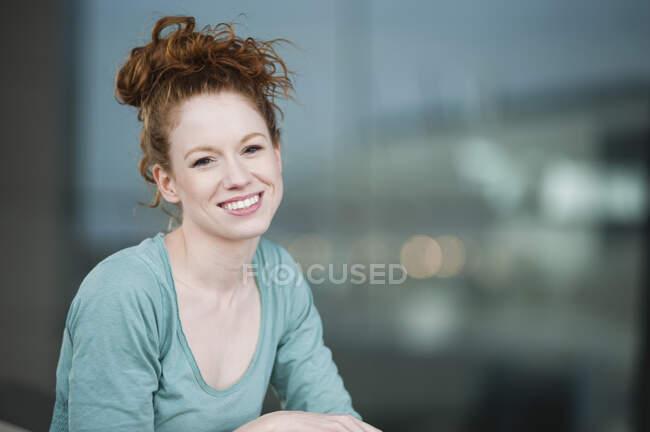 Bella giovane donna sorridente all'aperto — Foto stock
