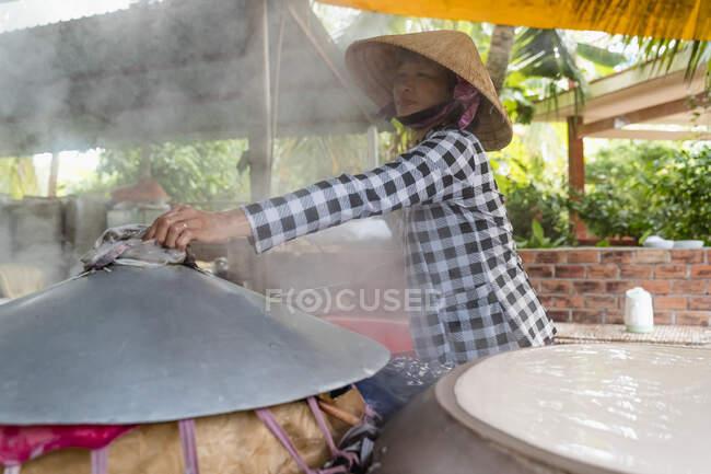 Mulher produzindo macarrão em casa, Ho Chi Minh, Vietnã — Fotografia de Stock