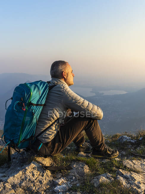 Hiker sitting on viewpoint, Orobie Alps, Lecco, Italy — Stock Photo