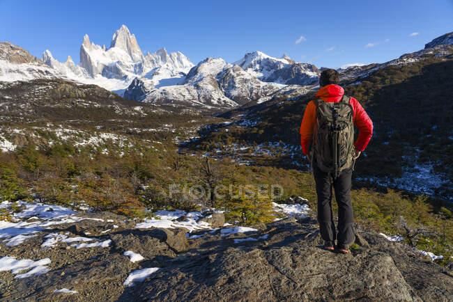 Hiker in front of Mount Fitz Roy in Autumn, El Chalten, Patagonia, Argentina — Stock Photo