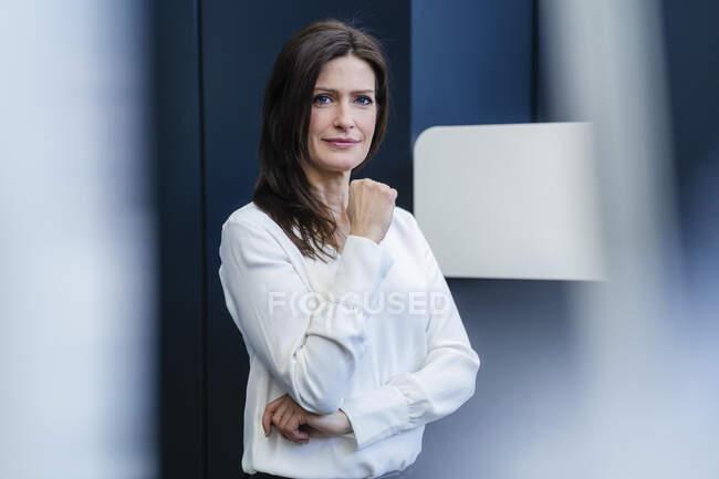 Porträt einer selbstbewussten Geschäftsfrau in einer Fabrik — Stockfoto