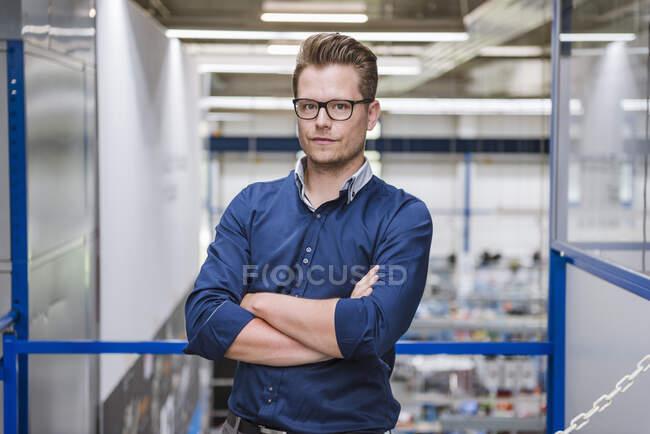Портрет довіреного бізнесмена на фабриці. — стокове фото