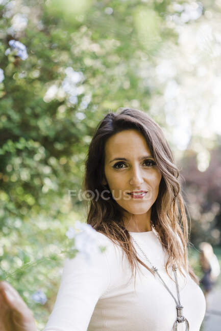 Beautiful woman at park during sunny day — Stock Photo