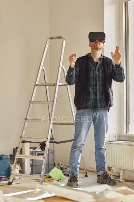 Людина відновлює місце крамниці, використовуючи VR окуляри. — стокове фото